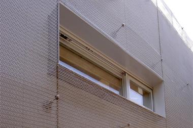 金網を切り、窓を取り付けています。