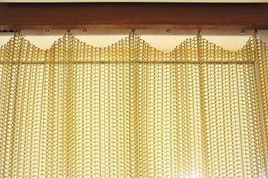 金網のカーテン上部、ドレープ部分が美しい。
