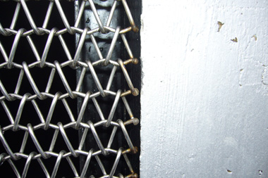 金網の固定部分は上下のみで、左右は接触点がない。