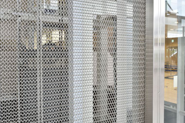 金網のコーナー部はステンレスではさみ固定しています。